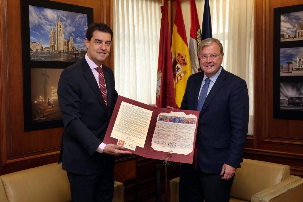 El alcalde recibe al presidente de las Cortes en su visita oficial a León