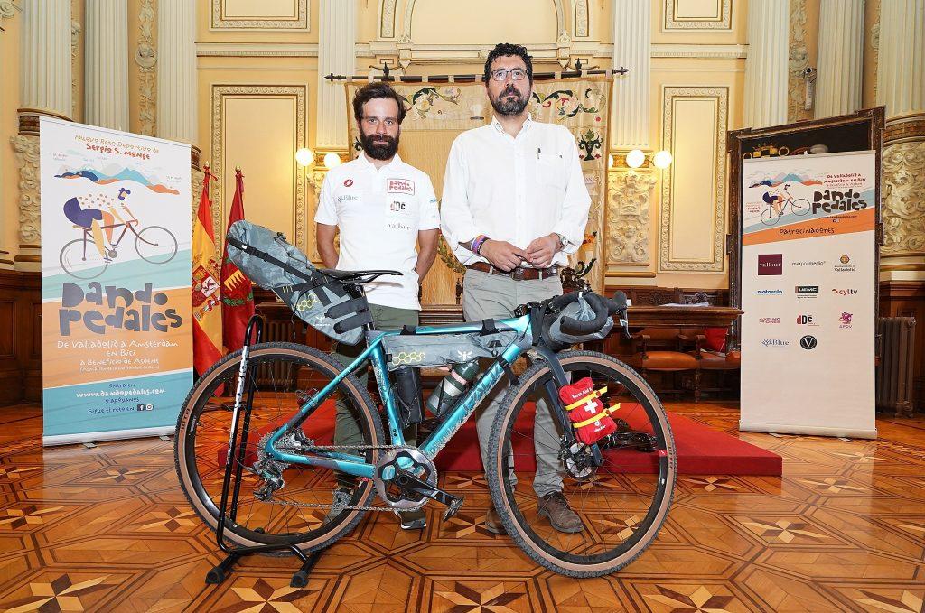 El Ayuntamiento acoge la presentación del reto ciclista solidario De Valladolid a Ámsterdam en bici
