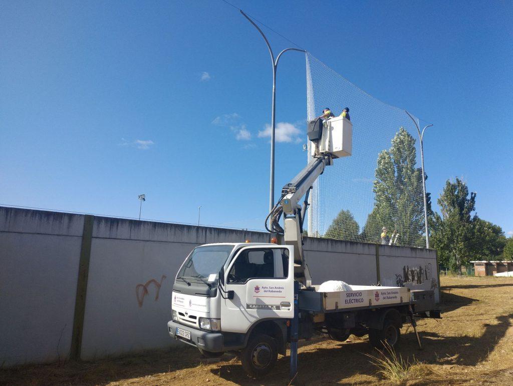 La concejalía de Deportes renueva las redes del campo de fútbol de San Andrés para mejorar la protección de las instalaciones